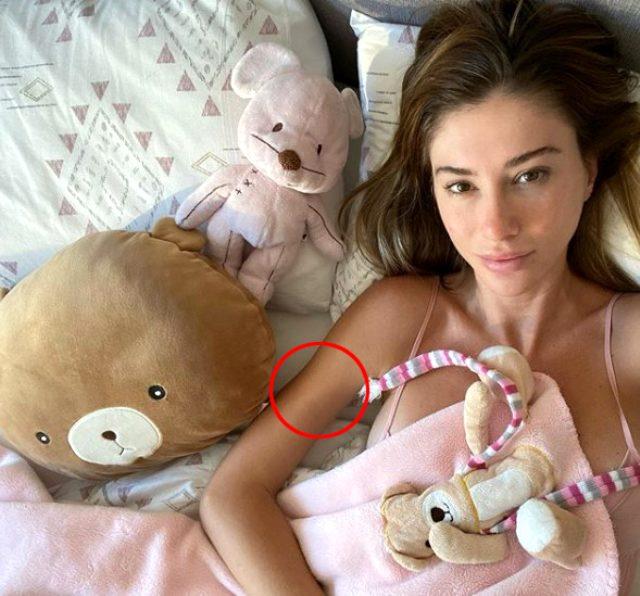 Photo of Şeyma Subaşı'nın yatak pozundaki photoshop gözden kaçmadı